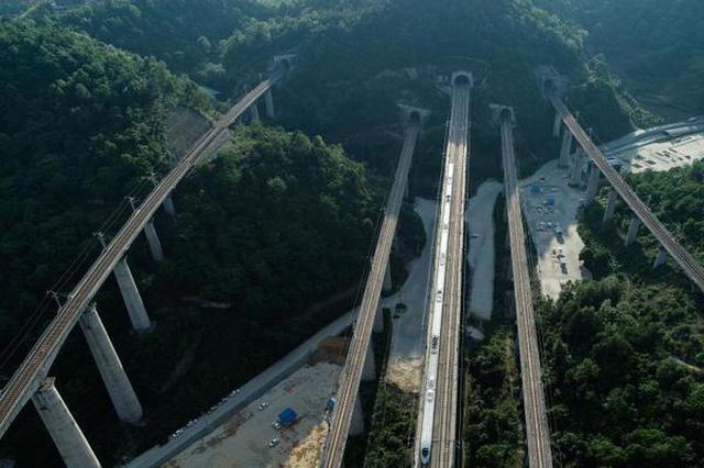 """航拍贵州高铁""""五洞五桥"""""""
