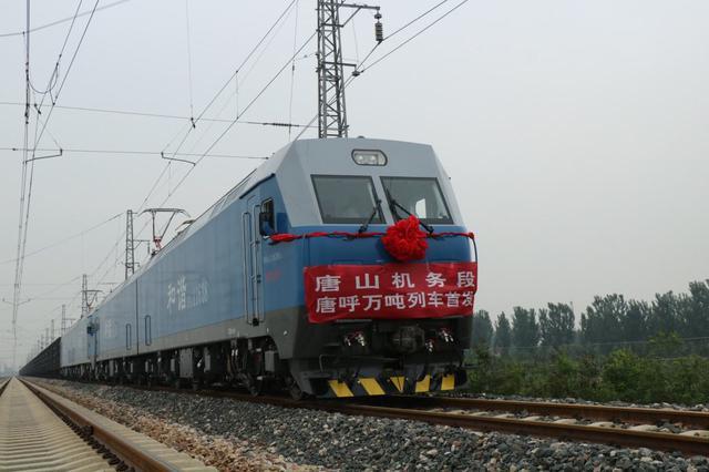 """长近1.4公里的万吨列车首度""""亮相""""京津冀"""