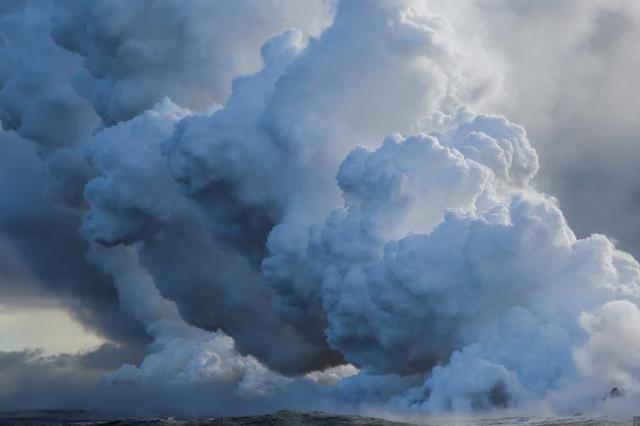 夏威夷火山岩浆流入太平洋 形成有毒蒸汽云