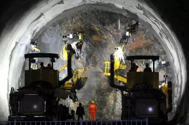 """为打通京张高铁""""网红隧道"""" 竟抽干了5个西湖"""