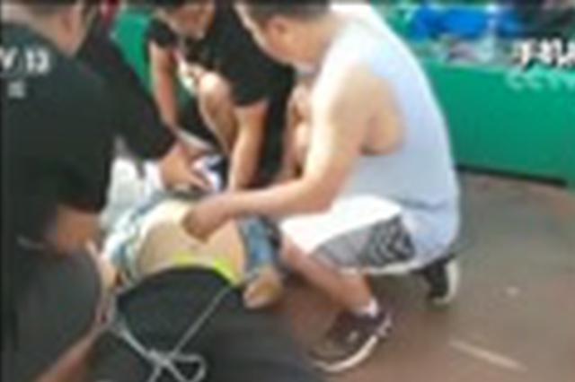 沧州一男子篮球场突发心梗 医生紧急施救