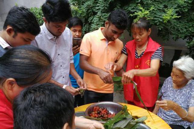包粽子学书法 河北留学生与志愿者陪老人共度端午