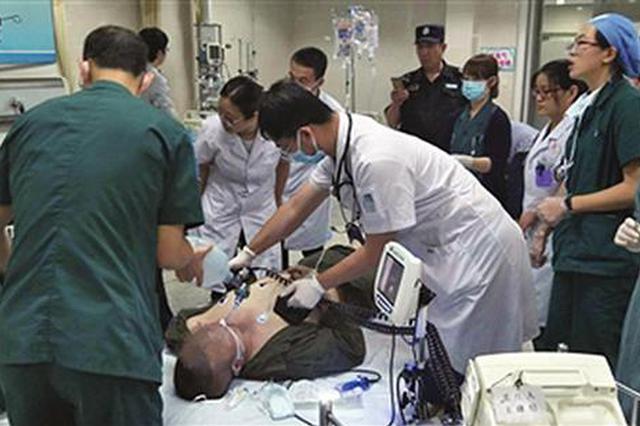 男子推妻子去手术室时心脏骤停 经10分钟抢救生还