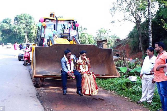 霸气了!印度新人坐推土机结婚引围观