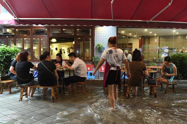 重庆现水池火锅店 客人可泡着脚烫火锅