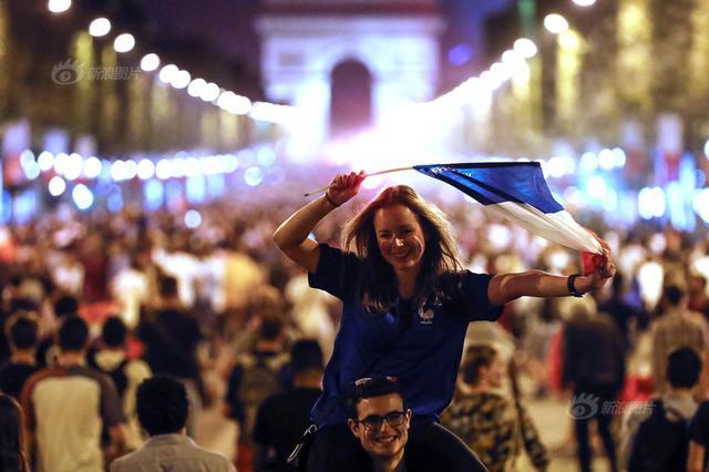 法国晋级世界杯决赛 球迷上街聚集庆祝