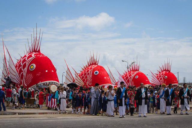 """丑萌!日本举办传统海鲷祭 巨型""""鲷鱼""""祭河神"""