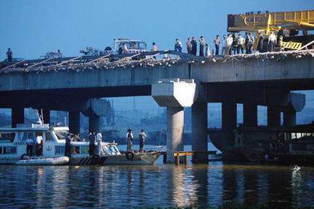 石家庄民警发现一无人电三轮 主人竟醉酒坠桥