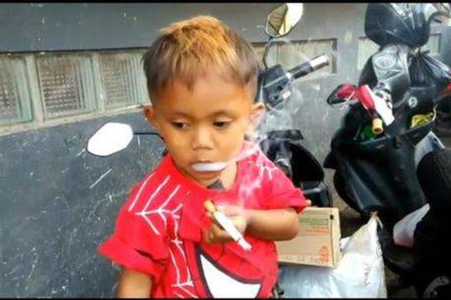 2岁男孩吸烟成瘾 妈妈每天要给他买两包烟