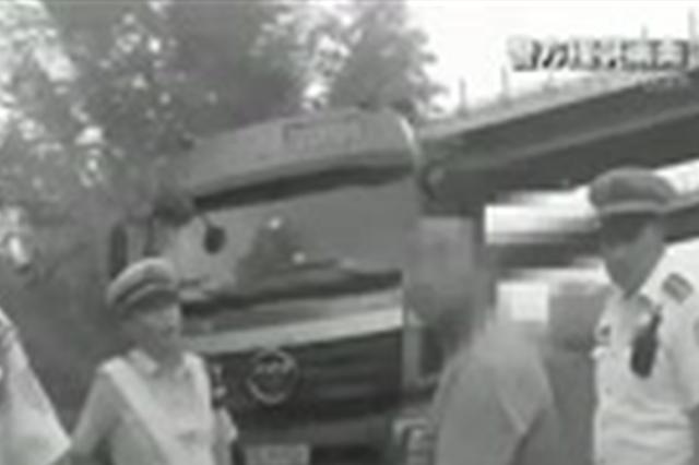 张家口查获一无证持伪造驾照上路驾驶员