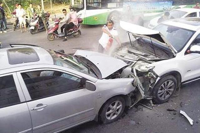 石家庄:一车逆行致四车连撞 公交司机冲下车灭火