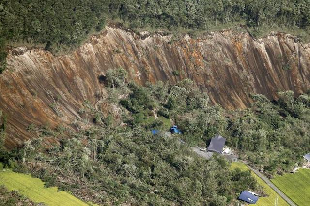 日本北海道地震引发山体滑 路面塌陷多处房屋倒塌