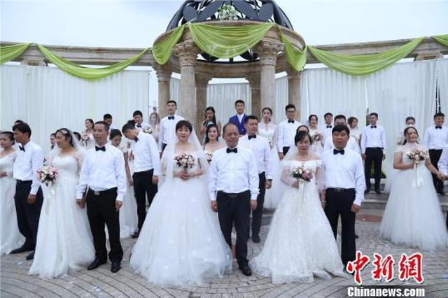"""四川一学校举行集体""""婚礼"""" 63岁老教师成最美新娘"""