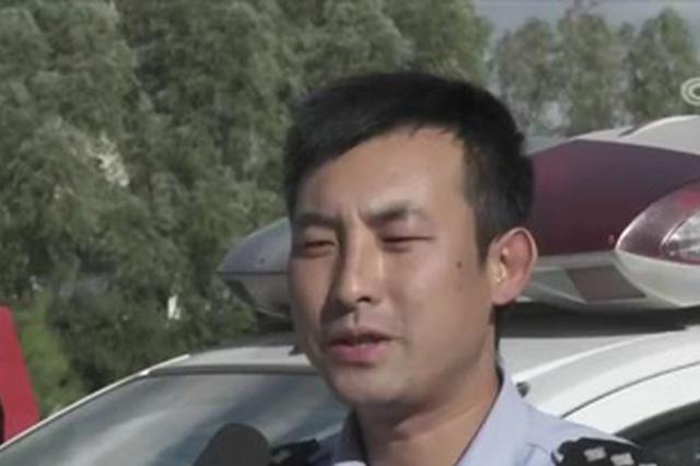 张家口:打火机引发车辆自燃 交警路人及时扑救