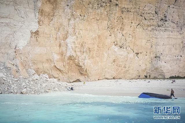 希腊悬崖落石引发巨浪 致三条游船倾覆