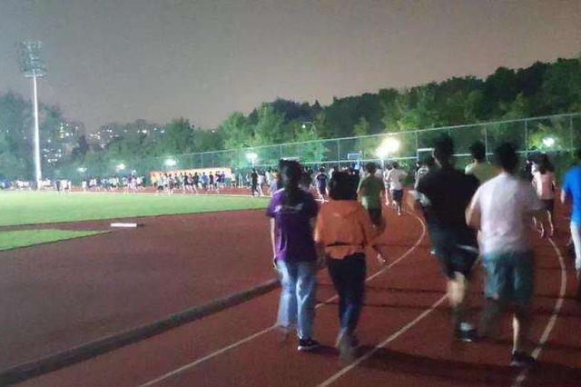 操场摩肩接踵 浙大体改:每学期学生需跑百公里
