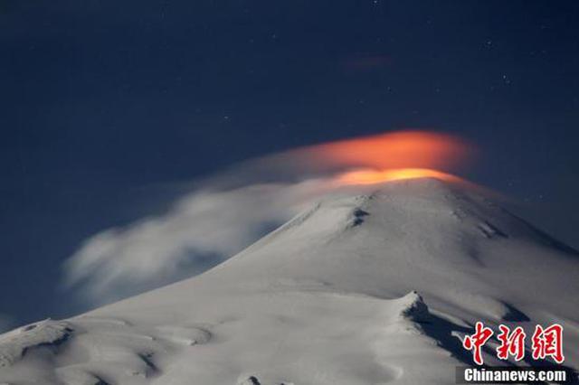 智利一座火山出现活跃迹象 熔岩照亮火山口