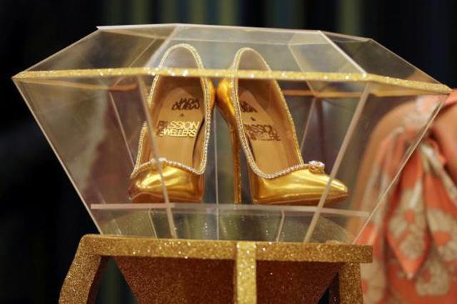 世界上最贵的鞋子亮相 镶数钻石价值1700万美元