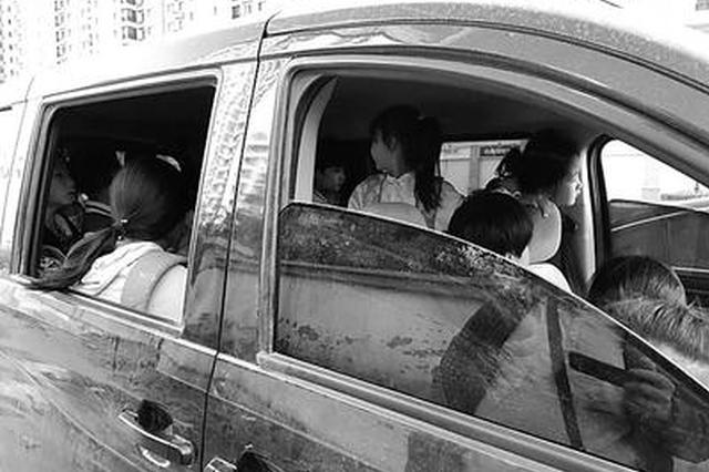 石家庄:7座车竟塞进15名小学生 座位被拆坐马扎