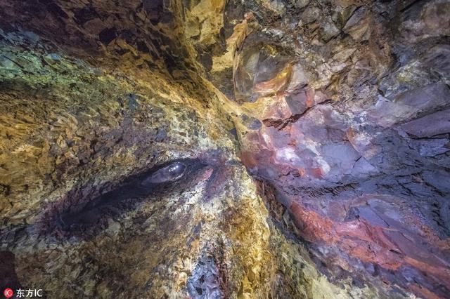 """深入冰岛火山心脏 熔岩冲击形成天然""""壁画"""""""