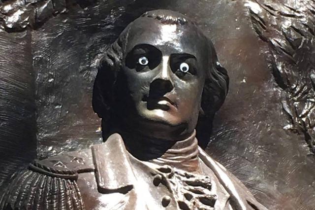 美国一雕塑被人装上眼睛 政府:这是犯罪