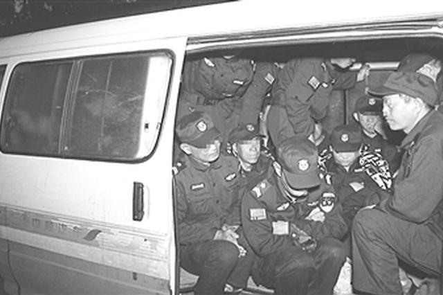 涿州一6座客车严重超员被查 竟实载30名保安