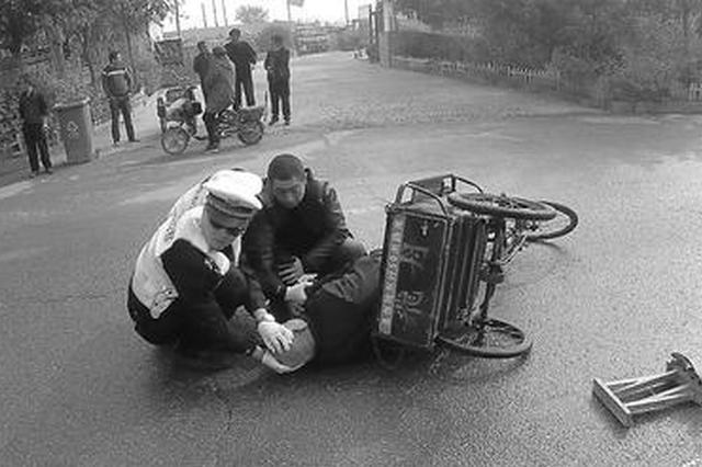 保定一八旬老人倒地受伤 交警跪地守护等救援