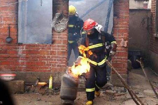 滄州一處民房突發大火 消防員搶出兩罐液化氣
