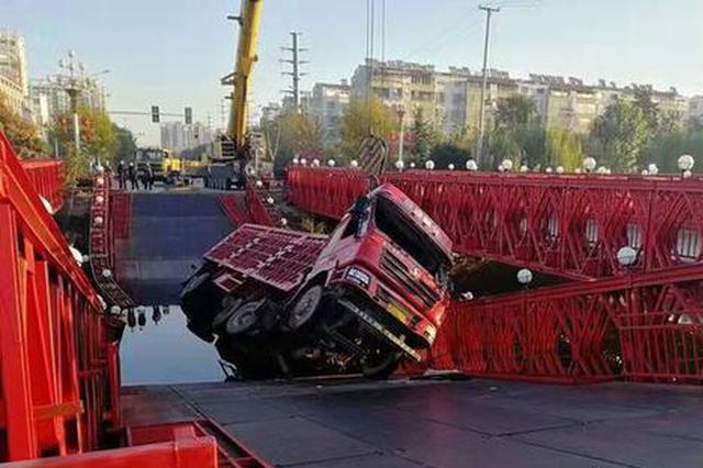 河北一超載半掛車違法開上景觀橋 壓塌橋后墜河