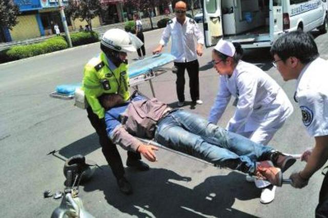 张家口:民工被高空坠物砸中头部 交警护送就医