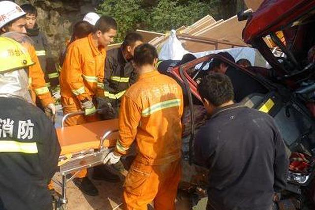 邢台一花甲老人被卷入车底 10名消防员火速救援