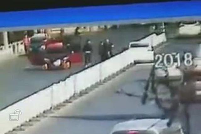 张家口闹市区两车追撞 一车被追撞后再遭数人打砸