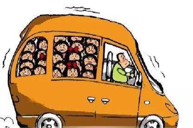 承德:小面包车塞进11人还装货 严重超载司机受罚