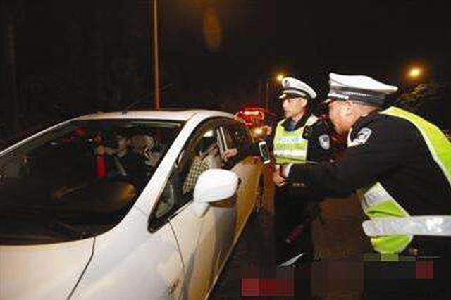秦皇岛两个同村村民同桌喝完酒 一起开车上路被查