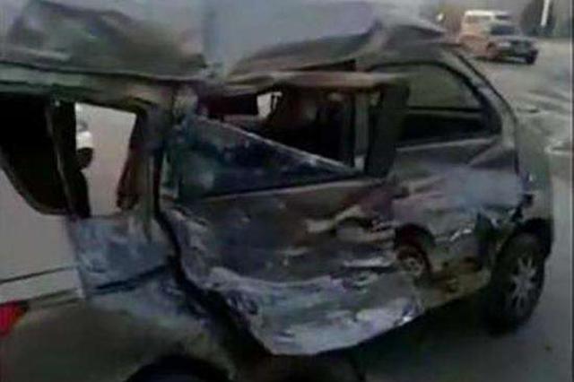 邢台:两车相撞致2死 一车超员另一车闯红灯