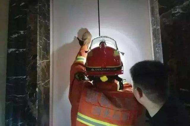 邯郸:5名居民被困33层电梯 消防员爬楼梯救援