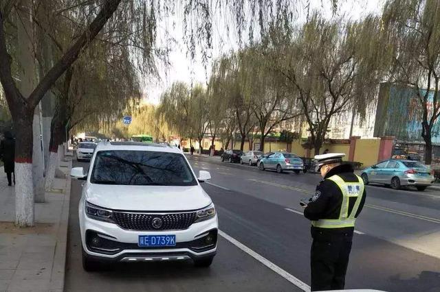 邢台一女车主违法停车辱骂交警 被拘留12日