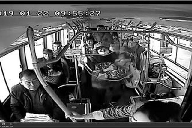 """三岁女孩突然发病抽搐 公交车""""秒变""""救护车"""