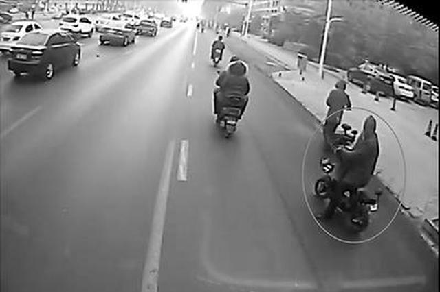 邢台一公交司机路遇窃贼将其别停 和乘客下车抓人