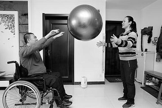警察因公受伤高位截瘫 妻子不离不弃15年创造奇迹
