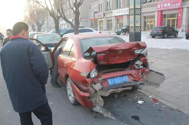 河北一男子连撞4车 因低头捡手机错把油门当刹车