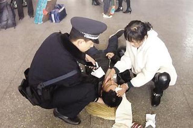 男子车站突发癫痫 白衣女子救助后悄悄离开