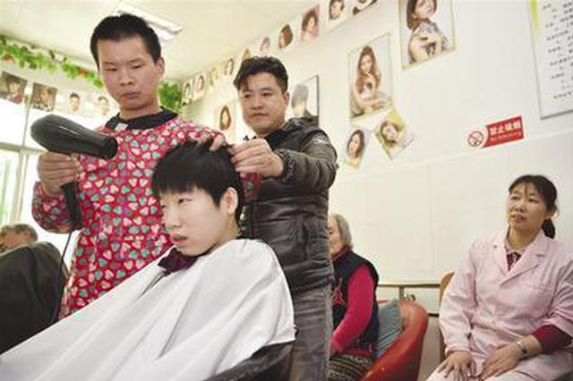 石家庄18岁聋哑青年学艺圆梦理发师