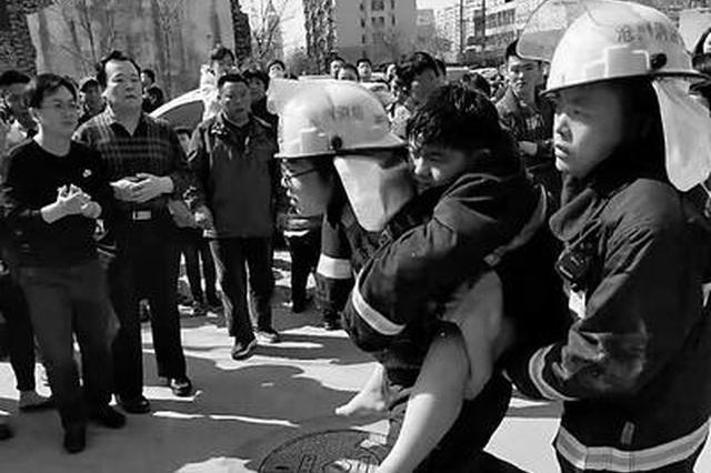 沧州一小区高层失火 消防员浓烟中背出被困儿童