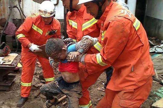 少年被卡深坑两小时 90后消防员半跪拽手20分钟