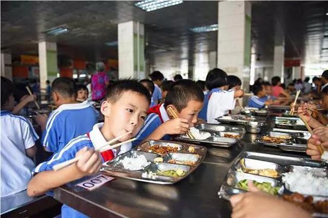 学校负责人要陪学生一起吃食堂 4月1日开始执行