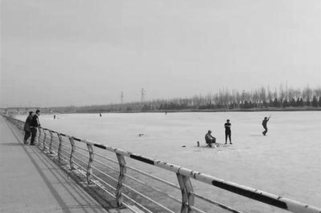 张家口部分河面融化 市民无视警示牌河中凿冰钓鱼