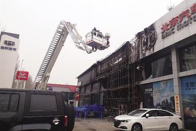 张家口一家4S店突燃大火 蹿起几十米高的火苗