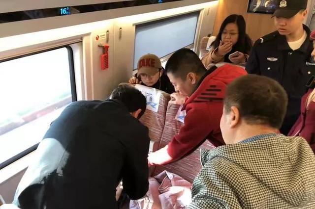 沧州三位大夫高铁上施救摔伤老人 制作简易吊带