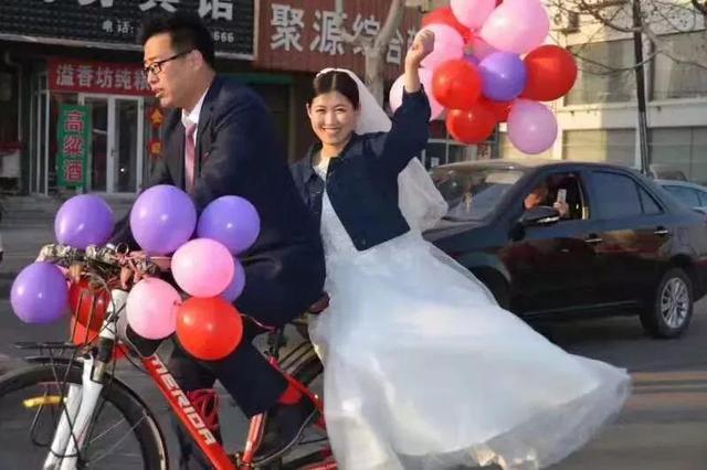 """不讲排场 吴桥小夫妻骑行婚礼""""惊艳""""家乡"""